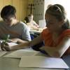 Budúci moderátori v tábore načítajú ďalšiu učebnú pomôcku