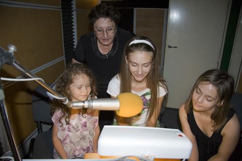 Deti z Miniškoly mladých moderátorov (prímestský tábor organizovaný RO SSN Košice) si v dabingovom štúdiu Savid skúšajú, aké to je požičať vo filme hlas známemu hercovi, alebo herečke. Foto: Katarína Čižmáriková