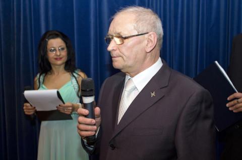 Kristýna Šmehýlová (v pozadí) ako spolumoderátorka večera (spolu s Martinom Jurčom). Obaja sú tiež členovia KPN. FOTO: MICHAL HUBA