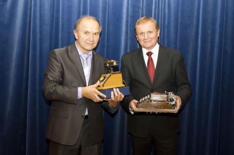 Predseda KPN Jozef Sedlák preberá ocenenie od predsedu SPPK Milana Semančíka. Foto: Michal Huba