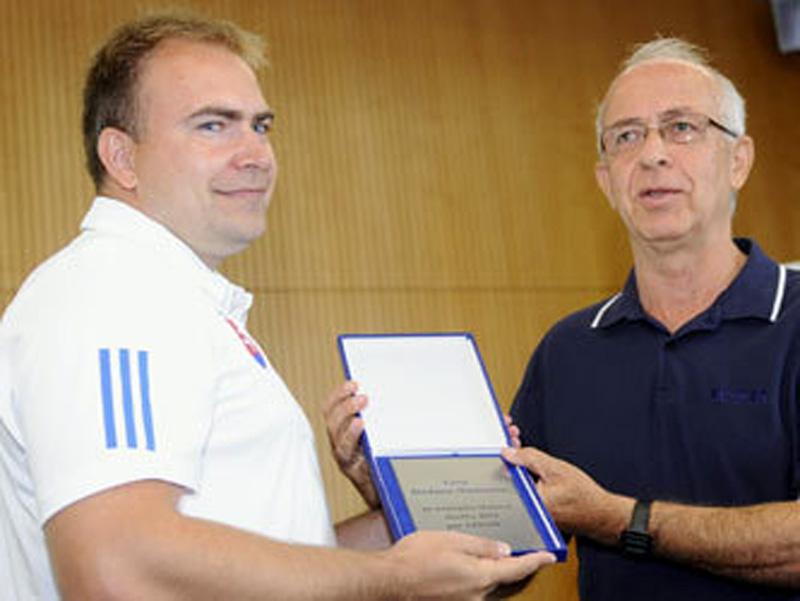 Na snímke vľavo generálny manažér slovenských kanoistov Richard Galovič preberá cenu Štefana Mašlonku pre najlepšie tlačové služby 2011 z rúk Tomáša Grosmanna, predsedu KŠR SSN