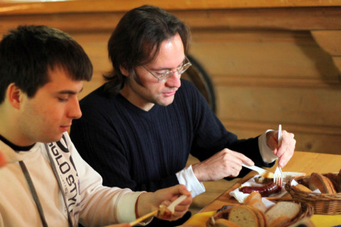 Pri občerstvení zľava Mirko Sušienka a Daniel Modrovský.