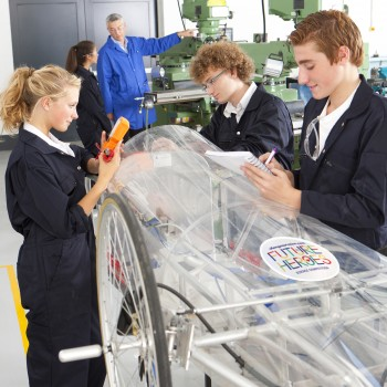 FUTURE_HEROES_students_building_electric_car